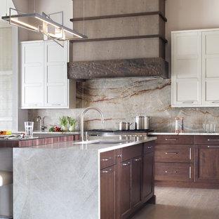 ニューヨークの大きいコンテンポラリースタイルのおしゃれなキッチン (アンダーカウンターシンク、フラットパネル扉のキャビネット、中間色木目調キャビネット、珪岩カウンター、黄色いキッチンパネル、石スラブのキッチンパネル、パネルと同色の調理設備、淡色無垢フローリング) の写真