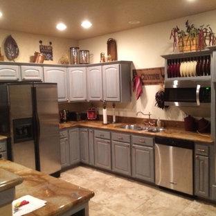 Mittelgroße, Offene Urige Küche in U-Form mit Triple-Waschtisch, profilierten Schrankfronten, Schränken im Used-Look, Onyx-Arbeitsplatte, Küchenrückwand in Weiß, Küchengeräten aus Edelstahl, Halbinsel, Keramikboden und beigem Boden in Dallas