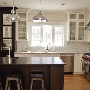 ボストンの中サイズのインダストリアルスタイルのおしゃれなキッチン (アンダーカウンターシンク、白いキャビネット、グレーのキッチンパネル、シルバーの調理設備の、淡色無垢フローリング、サブウェイタイルのキッチンパネル、シェーカースタイル扉のキャビネット、ラミネートカウンター、茶色い床、白いキッチンカウンター) の写真