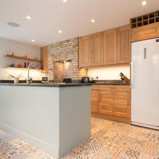 ロンドンの大きいシャビーシック調のおしゃれなキッチン (シングルシンク、レイズドパネル扉のキャビネット、中間色木目調キャビネット、珪岩カウンター、マルチカラーのキッチンパネル、セラミックタイルのキッチンパネル、カラー調理設備、磁器タイルの床) の写真