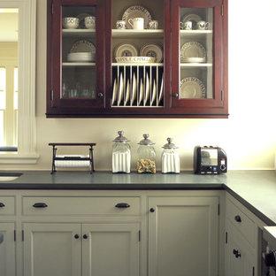Klassische Küche mit Kassettenfronten, Unterbauwaschbecken und grauen Schränken in Burlington