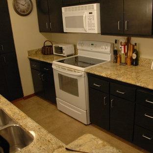 デンバーの小さいラスティックスタイルのおしゃれなキッチン (アンダーカウンターシンク、シェーカースタイル扉のキャビネット、中間色木目調キャビネット、御影石カウンター、ベージュキッチンパネル、白い調理設備、セラミックタイルの床、アイランドなし) の写真