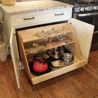 クリーブランドの中サイズのトランジショナルスタイルのおしゃれなキッチン (エプロンフロントシンク、レイズドパネル扉のキャビネット、白いキャビネット、御影石カウンター、茶色いキッチンパネル、レンガのキッチンパネル、シルバーの調理設備の、無垢フローリング) の写真