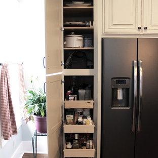 クリーブランドの中くらいのトランジショナルスタイルのおしゃれなキッチン (エプロンフロントシンク、レイズドパネル扉のキャビネット、白いキャビネット、御影石カウンター、茶色いキッチンパネル、レンガのキッチンパネル、シルバーの調理設備、無垢フローリング) の写真