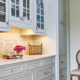 セントルイスの中サイズのシャビーシック調のおしゃれなキッチン (アンダーカウンターシンク、緑のキャビネット、パネルと同色の調理設備、セラミックタイルの床、レイズドパネル扉のキャビネット、木材カウンター、白いキッチンパネル、サブウェイタイルのキッチンパネル) の写真