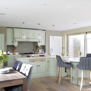Ispirazione per una cucina abitabile classica con ante con riquadro incassato, ante verdi e elettrodomestici in acciaio inossidabile