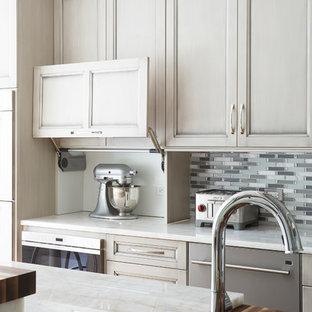 Стильный дизайн: огромная п-образная кухня-гостиная в классическом стиле с врезной раковиной, фасадами с утопленной филенкой, серыми фасадами, столешницей из кварцита, серым фартуком, фартуком из плитки мозаики, техникой из нержавеющей стали, паркетным полом среднего тона и островом - последний тренд
