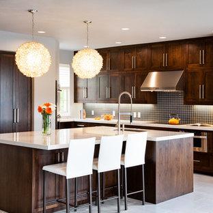 Ispirazione per una cucina design con lavello sottopiano, ante in stile shaker, ante marroni, top in quarzite, paraspruzzi blu, paraspruzzi con piastrelle di vetro e elettrodomestici in acciaio inossidabile