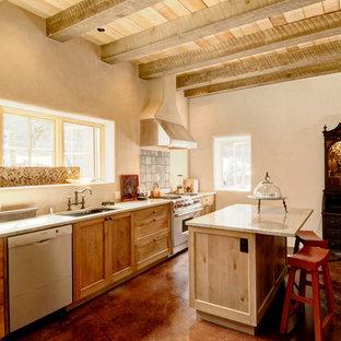 アルバカーキのサンタフェスタイルのおしゃれなI型キッチン (アンダーカウンターシンク、シェーカースタイル扉のキャビネット、御影石カウンター、ベージュキッチンパネル、シルバーの調理設備) の写真