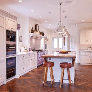 他の地域の大きいカントリー風おしゃれなキッチン (エプロンフロントシンク、インセット扉のキャビネット、グレーのキャビネット、大理石カウンター、白いキッチンパネル、セラミックタイルのキッチンパネル、濃色無垢フローリング、茶色い床、白いキッチンカウンター) の写真