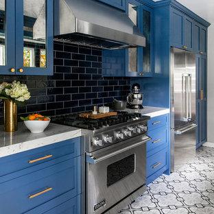 Idée de décoration pour une petit cuisine parallèle minimaliste avec un évier de ferme, un placard à porte shaker, des portes de placard bleues, un plan de travail en quartz, une crédence bleue, une crédence en carreau de céramique, un électroménager en acier inoxydable, un sol en carreaux de ciment, un sol gris et un plan de travail gris.