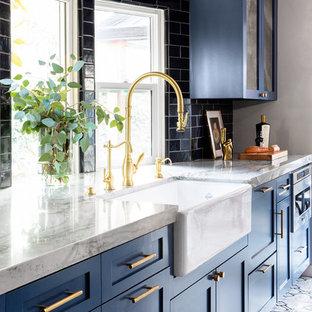 Ispirazione per una piccola cucina moderna con lavello stile country, ante in stile shaker, ante blu, top in quarzite, paraspruzzi blu, paraspruzzi con piastrelle in ceramica, elettrodomestici in acciaio inossidabile, pavimento in cementine, pavimento grigio e top grigio