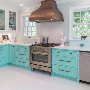 Exemple d'une cuisine exotique avec un placard à porte affleurante, des portes de placard turquoises, un plan de travail en marbre, un sol en bois peint et un sol blanc.