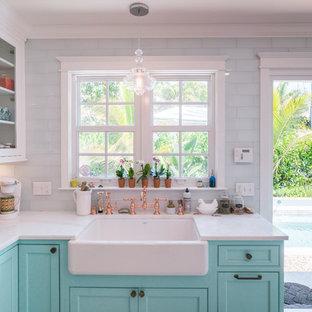 Ispirazione per una cucina tropicale con ante a filo, ante turchesi, top in marmo, pavimento in legno verniciato e pavimento bianco