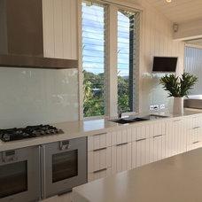 Beach Style Kitchen by Annabelle Chapman Architect Pty Ltd