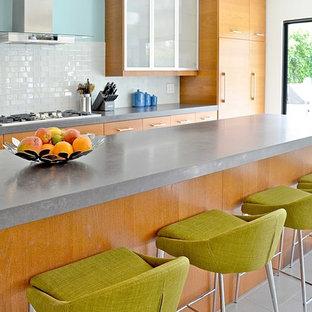 ロサンゼルスの中サイズのコンテンポラリースタイルのおしゃれなキッチン (シングルシンク、ガラス扉のキャビネット、淡色木目調キャビネット、ソープストーンカウンター、白いキッチンパネル、ガラスタイルのキッチンパネル、シルバーの調理設備の、セラミックタイルの床) の写真