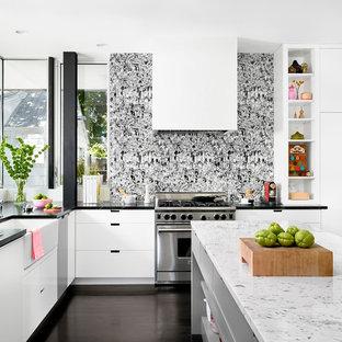 Exemple d'une cuisine tendance avec un évier de ferme, un placard à porte plane et des portes de placard blanches.