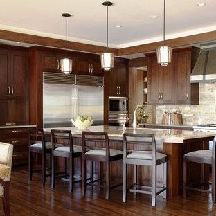 Свежая идея для дизайна: кухня в современном стиле с обеденным столом, фасадами в стиле шейкер, темными деревянными фасадами, разноцветным фартуком, техникой из нержавеющей стали и фартуком из сланца - отличное фото интерьера