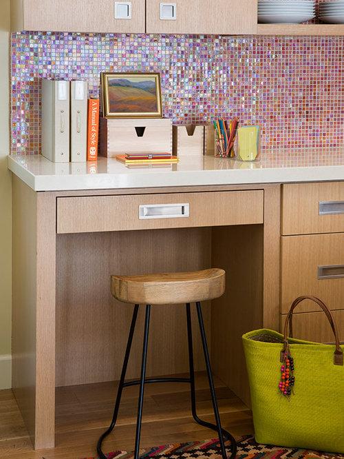 cuisine avec une cr dence rose et des portes de placard en bois clair photos et id es d co de. Black Bedroom Furniture Sets. Home Design Ideas