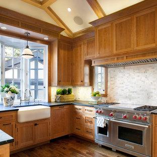 Aménagement d'une cuisine classique avec un évier de ferme.