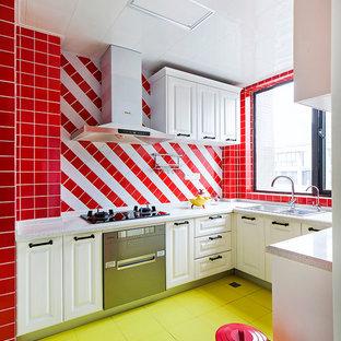 他の地域のエクレクティックスタイルのおしゃれなコの字型キッチン (ダブルシンク、レイズドパネル扉のキャビネット、白いキャビネット、マルチカラーのキッチンパネル、緑の床) の写真