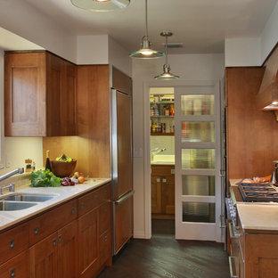 Geschlossene, Mittelgroße Moderne Küche mit Doppelwaschbecken, Schrankfronten im Shaker-Stil, hellbraunen Holzschränken, Marmor-Arbeitsplatte, Rückwand aus Metallfliesen und dunklem Holzboden in San Diego