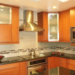 Inspiration för avskilda, mellanstora asiatiska l-kök, med en undermonterad diskho, släta luckor, skåp i ljust trä, granitbänkskiva, grått stänkskydd, stänkskydd i tunnelbanekakel, rostfria vitvaror och en köksö