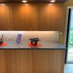 Zweizeilige, Große Retro Küche mit Vorratsschrank, Waschbecken, flächenbündigen Schrankfronten, hellen Holzschränken, Quarzwerkstein-Arbeitsplatte, Küchenrückwand in Beige, Rückwand aus Porzellanfliesen, Elektrogeräten mit Frontblende, Porzellan-Bodenfliesen, braunem Boden, grauer Arbeitsplatte und freigelegten Dachbalken in San Francisco