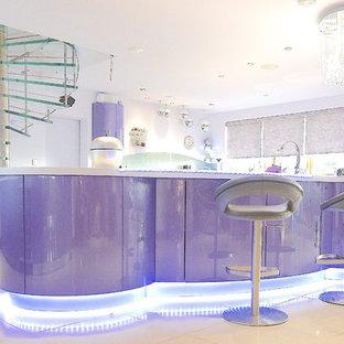 Inspiration för ett stort funkis kök med öppen planlösning, med en nedsänkt diskho, släta luckor, lila skåp, bänkskiva i koppar, grönt stänkskydd, glaspanel som stänkskydd, svarta vitvaror, klinkergolv i porslin, en köksö och vitt golv