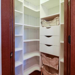 Geschlossene, Kleine Moderne Küche in L-Form mit flächenbündigen Schrankfronten, weißen Schränken und braunem Holzboden in Minneapolis