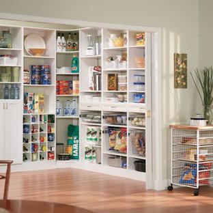 Imagen de cocina tradicional con despensa, armarios con puertas mallorquinas y puertas de armario blancas