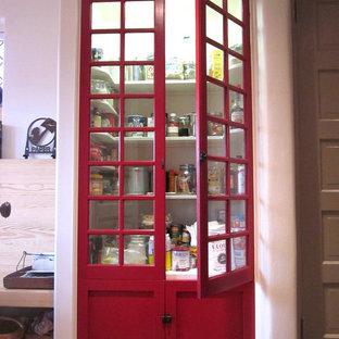 Modelo de cocina moderna con armarios estilo shaker, puertas de armario rojas y despensa