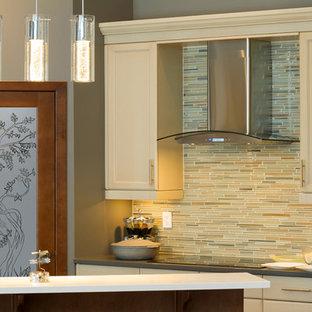 他の地域の中サイズのアジアンスタイルのおしゃれなキッチン (レイズドパネル扉のキャビネット、中間色木目調キャビネット、御影石カウンター、ベージュキッチンパネル、セラミックタイルのキッチンパネル、シルバーの調理設備の) の写真