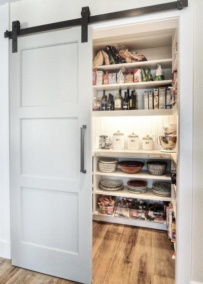 Современная классика Кухня by Dwellings Design Group