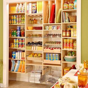 ポートランド(メイン)の広いトラディショナルスタイルのおしゃれなキッチン (オープンシェルフ、淡色木目調キャビネット、クッションフロア) の写真