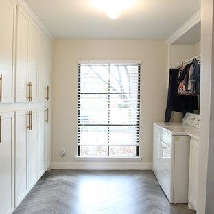 ダラスの中サイズのモダンスタイルのおしゃれなキッチン (シングルシンク、シェーカースタイル扉のキャビネット、白いキャビネット、白いキッチンパネル、大理石の床、白い調理設備、セラミックタイルの床、グレーの床) の写真