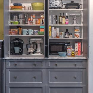 Klassische Küche mit Schrankfronten mit vertiefter Füllung, grauen Schränken und Arbeitsplatte aus Recyclingglas in Boston