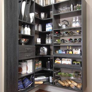 Imagen de cocina en L, de estilo de casa de campo, pequeña, sin isla, con despensa, armarios abiertos, suelo de madera oscura, suelo marrón y puertas de armario negras