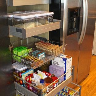 リッチモンドの小さいコンテンポラリースタイルのおしゃれなキッチン (シングルシンク、フラットパネル扉のキャビネット、濃色木目調キャビネット、緑のキッチンパネル、シルバーの調理設備、アイランドなし、無垢フローリング) の写真