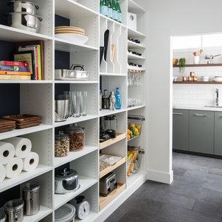 Пример оригинального дизайна интерьера: п-образная кухня среднего размера в современном стиле с кладовкой, плоскими фасадами, белыми фасадами, мраморной столешницей, белым фартуком, фартуком из плитки кабанчик, полом из сланца и серым полом без острова