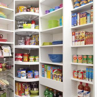Mittelgroße Küche mit Vorratsschrank, offenen Schränken, weißen Schränken und dunklem Holzboden in Philadelphia