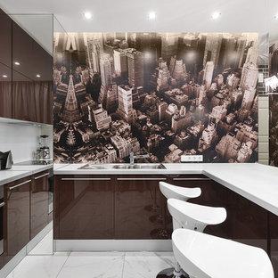 На фото: п-образные кухни-гостиные в современном стиле с двойной раковиной, плоскими фасадами, коричневыми фасадами, техникой из нержавеющей стали, полуостровом и коричневым фартуком