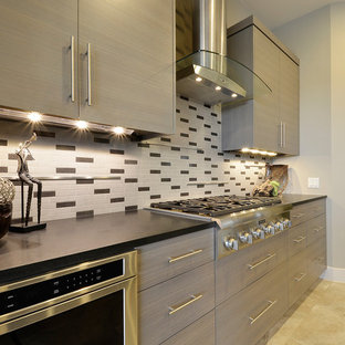 Contemporary kitchen remodeling - Inspiration for a contemporary kitchen remodel in Austin with stainless steel appliances