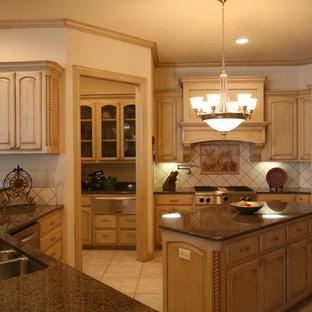 Immagine di una cucina abitabile chic con lavello a tripla vasca, ante con bugna sagomata, ante beige, top in granito, paraspruzzi beige, paraspruzzi con piastrelle in ceramica, elettrodomestici in acciaio inossidabile, pavimento con piastrelle in ceramica e isola