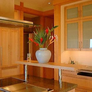 シアトルのアジアンスタイルのおしゃれなキッチン (アンダーカウンターシンク、落し込みパネル扉のキャビネット、淡色木目調キャビネット、御影石カウンター、茶色いキッチンパネル、石スラブのキッチンパネル、パネルと同色の調理設備、淡色無垢フローリング、ベージュの床、茶色いキッチンカウンター) の写真
