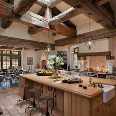 Mediterranean Kitchen by Calvis Wyant Luxury Homes