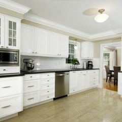 traditional kitchen by Paragon Kitchens