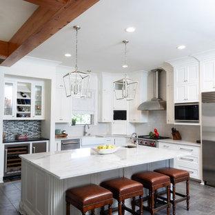 Inspiration för klassiska vitt l-kök, med skåp i shakerstil, vita skåp, vitt stänkskydd, rostfria vitvaror, en köksö och grått golv