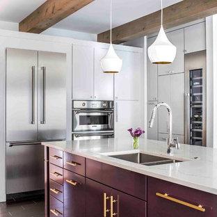 Новые идеи обустройства дома: угловая кухня в современном стиле с обеденным столом, двойной раковиной, плоскими фасадами, фиолетовыми фасадами, столешницей из кварцевого композита, техникой из нержавеющей стали, островом и черным полом