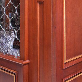 ニューヨークの中サイズのトラディショナルスタイルのおしゃれなキッチン (アンダーカウンターシンク、レイズドパネル扉のキャビネット、中間色木目調キャビネット、大理石カウンター、ミラータイルのキッチンパネル、シルバーの調理設備の、大理石の床) の写真